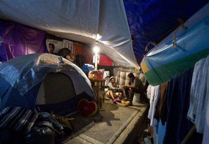 Estas personas se sienten desamparadas pues incluso otra gente pasa y los insulta por 'invadir' las calles, que es el único lugar que tienen para vivir. (Foto: AP).