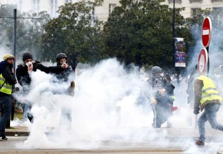 Los agentes recurrieron a cañones de agua y gases lacrimógenos para repeler a los manifestantes. (Excélsior)