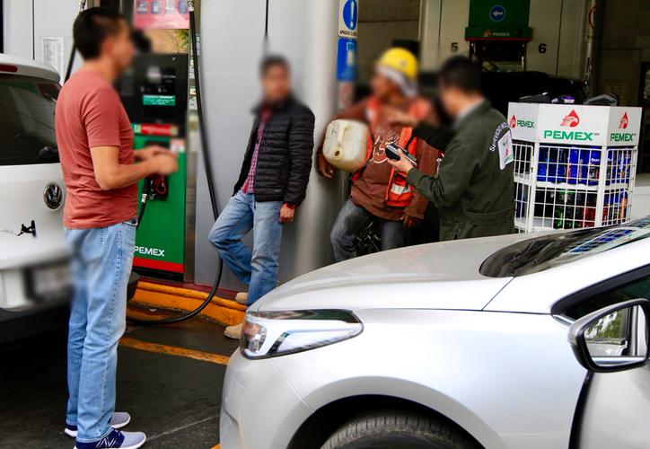 Se sospecha que los usuarios obtuvieron el combustible en las gasolineras, comprándola en bidones. (Notimex)