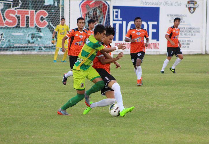 Los chetumaleños iniciaron con algunas variantes en su planteamiento con línea de tres defensores, cinco en el medio y uno en punto. (Miguel Maldonado/SIPSE)
