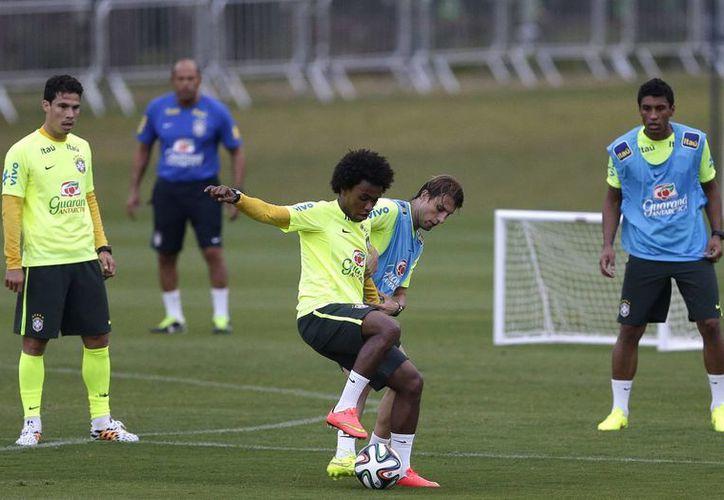 A pesar de tener serias bajas, Colombia sorprendió al mundo entero con su futbol. (AP)