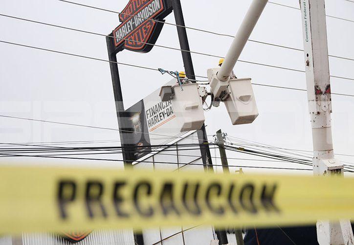 El accidente movilizó a personal de la Comisión Federal de Electricidad. (SIPSE)