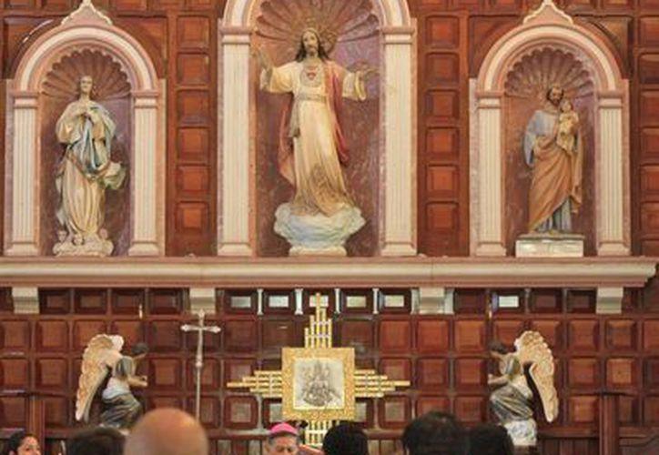 Los fieles católicos acudieron a las iglesias para cumplir con la imposición de la ceniza. (Harold Alcocer/SIPSE)