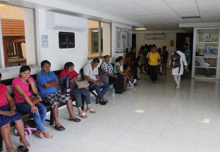 En los hospitales del estado se brinda información sobre prevención de enfermedades de contagio sexual, y se proporcionan preservativos a la población. (Joel Zamora/SIPSE)