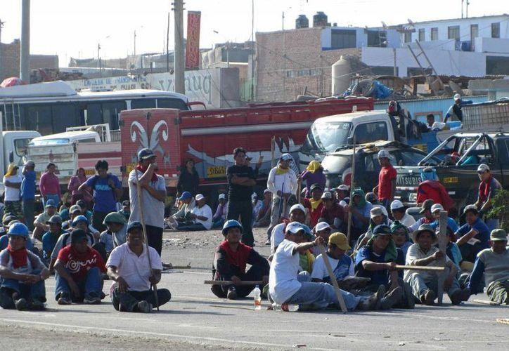 Imagen de mineros peruanos que protestan en la carretera Panamericana. (Archivo/EFE)