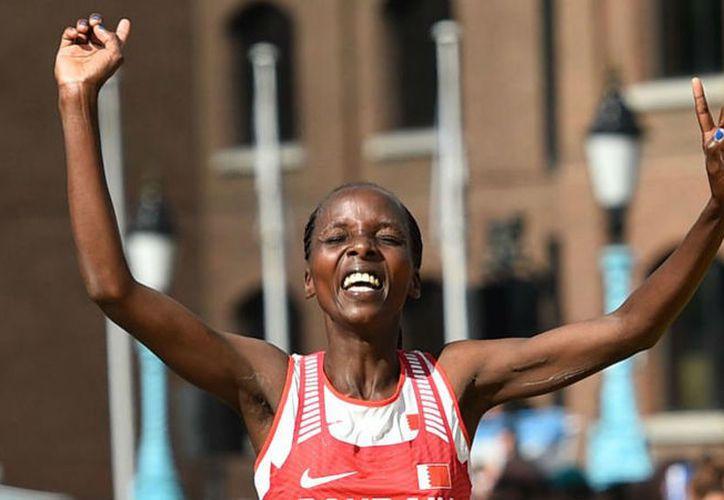 Rose Chelimo, quien nació en Kenia, dio este domingo a Bahréin, que la naturalizó, la medalla de oro. (AFP).