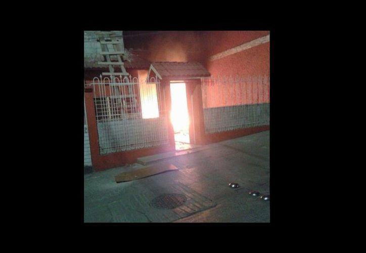 Vivienda de la alcaldesa  Ana Isabel Bonifaz de Martínez, la cual fue incendiada por una protesta por el asesinato de dos personas. (twitter.com/PenduloChiapas)