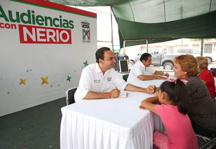 El candidato del PRI a la alcaldía de Mérida, Nerio Torres Arcila, durante las audiencias en la colonia Serapio Rendón II. (SIPSE)