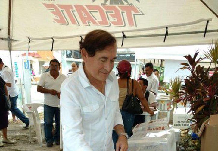 Bello Melchor  Rodríguez Carrillo depositando el voto. (Irvin Canul/SIPSE)