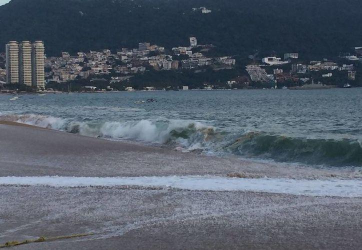 Se han realizado 12 rescates de personas que han sido arrastradas por la corriente del mar en Acapulco, por lo que las autoridades exhortan a no meterse en él este fin de semana. (Notimex)