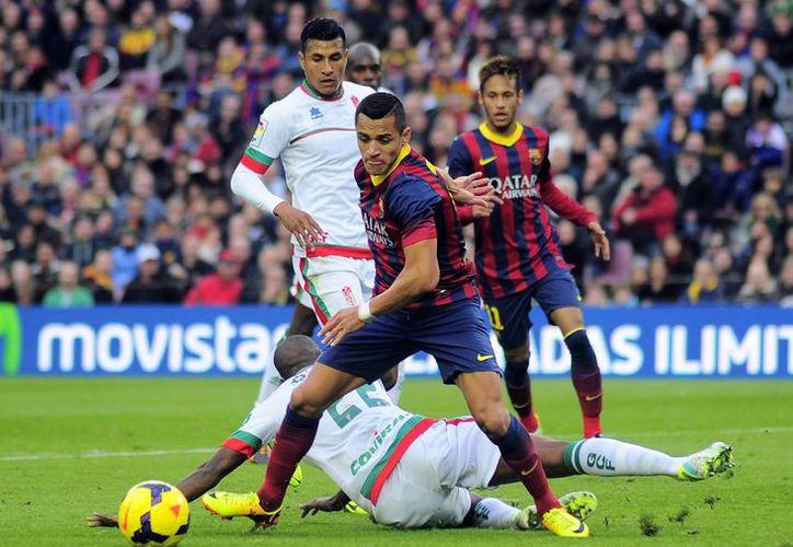 El chileno Alexis Sánchez anotó otra vez ante Granada y llegó a ocho goles con el Barcelona, por lo que empató a Messi como máximo anotador del club. (Agencias)