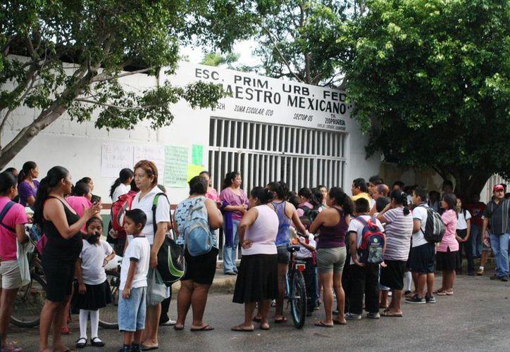 En la escuela Maestro Mexicano padres de familia impidió que se rompiera la cadena y el candado. (Loana Segovia/SIPSE)