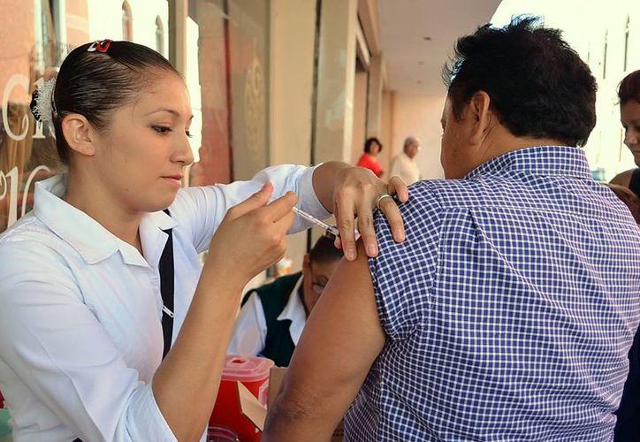 La campaña de vacunación se realizará de noviembre a febrero. En la imagen, una enfermera aplica una inyección contra la influenza. (Milenio Novedades)
