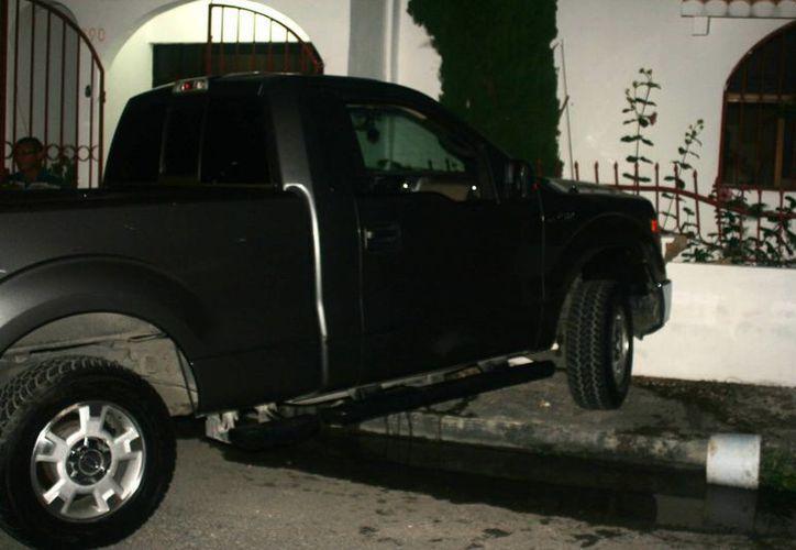 Elementos de Seguridad Pública trasladaron el vehículo abandonado al patio de la subdirección de Tránsito.  (Irving Canul/SIPSE)