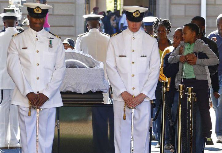 Varios ciudadanos dan su último adiós al expresidente sudafricano Nelson Mandela en la capilla ardiente instalada en Union Buildings, en Pretoria. (EFE)