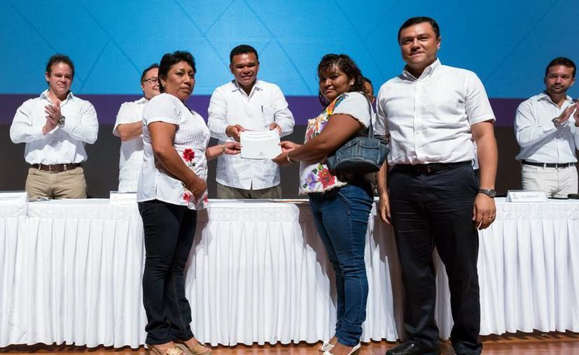 El Gobernador hizo entrega de  escrituras públicas a numerosas familias yucatecas. (Milenio Novedades)
