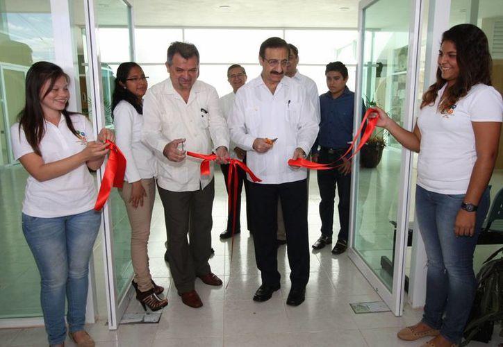 El rector de la Uady inauguró la nueva clínica para mascotas. (SIPSE)