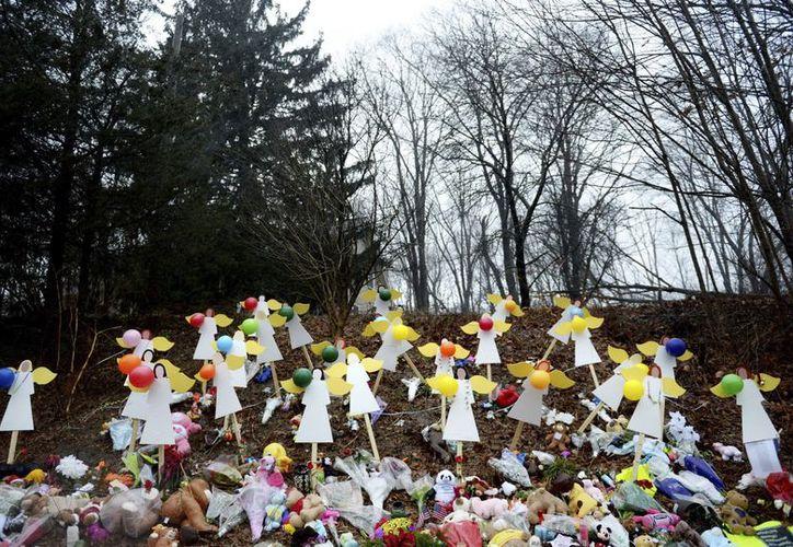 Muñecos y ramos de flores en recuerdo a las víctimas del tiroteo en la escuela Sandy Hook, en Newtown, Connecticut. (EFE)
