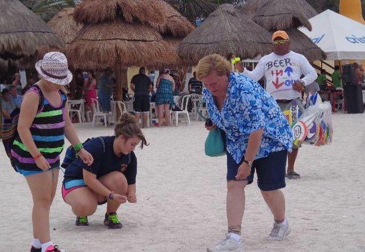 Turistas en el malecón de Progreso durante la jornada de este miércoles. (Manuel Pool/SIPSE)