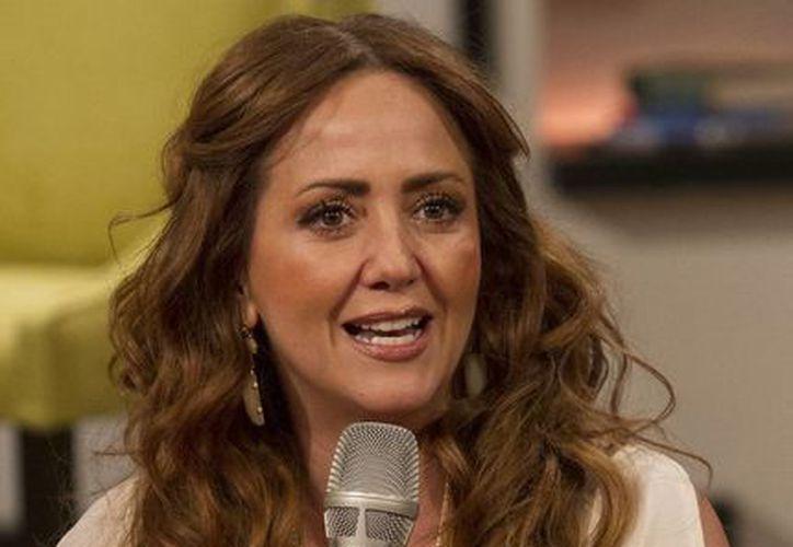 Andrea Legarreta afirmó que Julión Álvarez es un 'buen muchacho' tras las criticas que el cantante ha recibido sobre supuestos comentarios machistas emitidos a una revista. (Archivo/ Notimex)