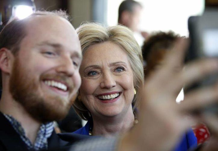 Hillary Clinton supera a Donald Trump por tres puntos, de acuerdo con una encuesta publicada el viernes en Estados Unidos. (AP)