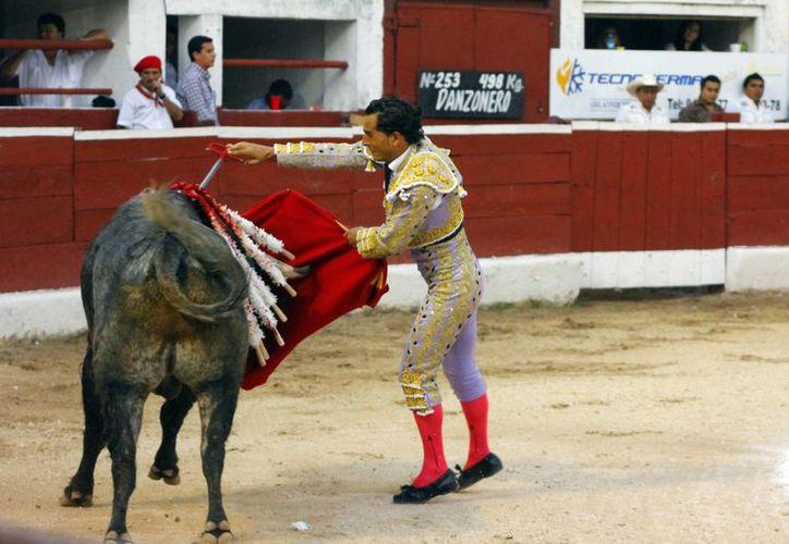 Fandiño no tuvo suerte con la toledana y tuvo que recurrir a la espada corta, pero al final cortó una oreja en la tercera corrida en la Plaza Mérida. (Milenio Novedades)