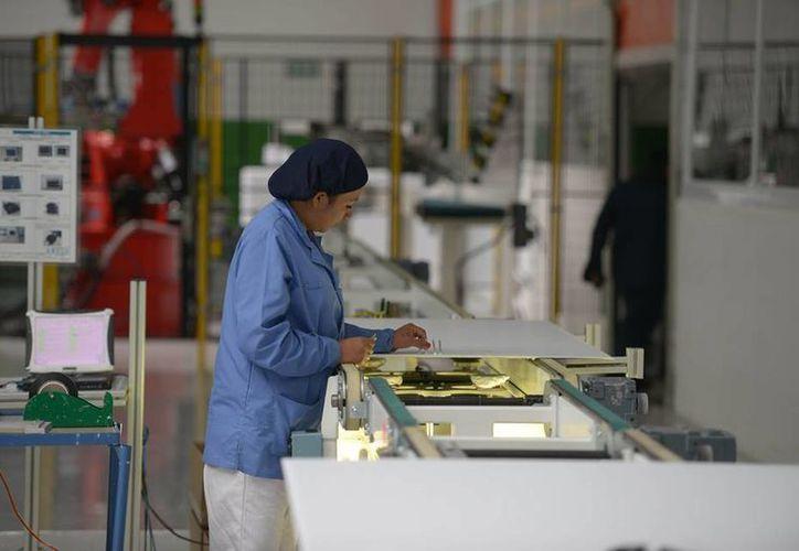 Este viernes quedó inaugurada la planta de producción de páneles solares de Grupo Iusa en el Estado de México, la cual requirió una inversión de 70 millones de pesos. (Facebook/Enrique Peña Nieto)