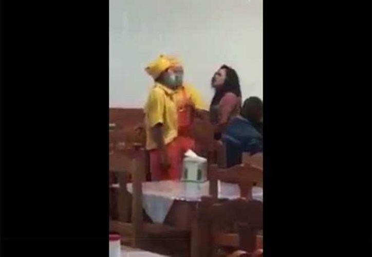 El video se hizo viral por el brutal golpe del taquero a la mujer, sin embargo, el testigo asegura que al principio no pensó en publicarlo. (Captura de pantalla)