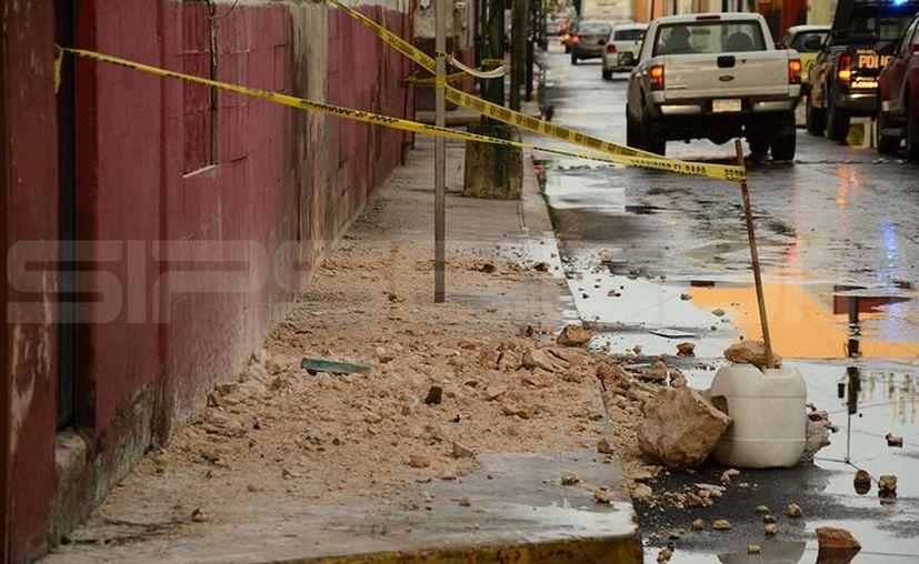 Partes del techo cayeron sobre la banqueta, lo que hubiese provocado una tragedia de alcanzar a algún peatón. (SIPSE)