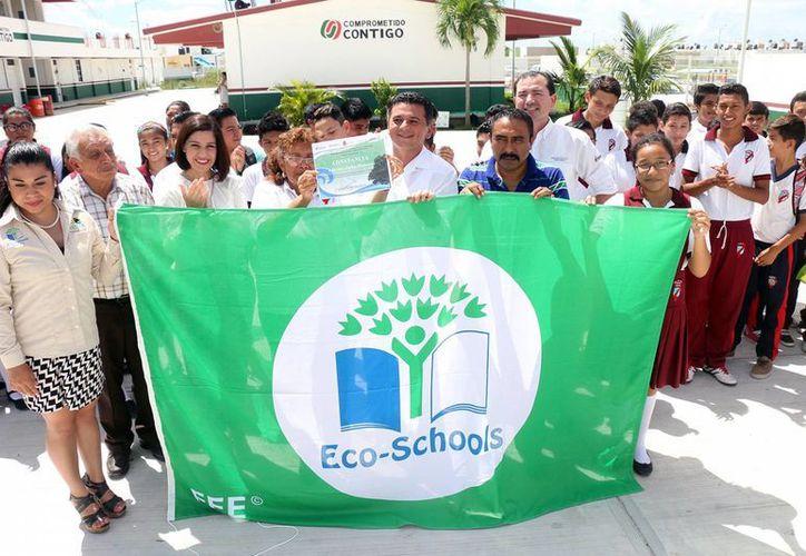 """Mientras se izó la bandera, la joven estudiante Susana Cortez interpretó el """"Eco-Código"""" que reflejó el compromiso que los alumnos de mencionada institución educativa tienen con el medio ambiente. (Redacción/SIPSE)"""