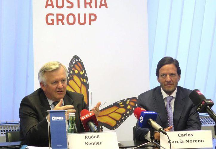 El director de Finanzas de América Móvil, Carlos García Moreno (d), junto con Rudolf Kemler (i), presidente del la sociedad de participación industrial austríaca, tras la firma del acuerdo. (EFE)