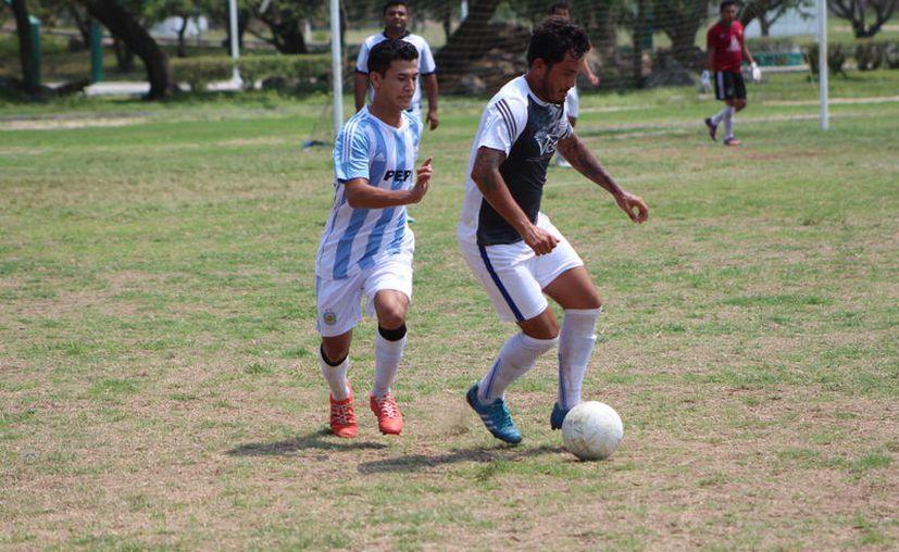 El partido fue de ida y vuelta y entrega de ambas escuadras que lucharon intensamente cada balón. (Miguel Maldonado/SIPSE)