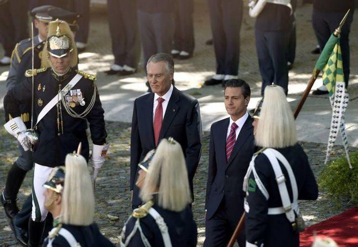 Los presidentes de México y Portugal, Enrique Peña y Aníbal Cavaco, durante la ceremonia de bienvenida de la delegación mexicana al país luso. (presidencia.gob.mx)