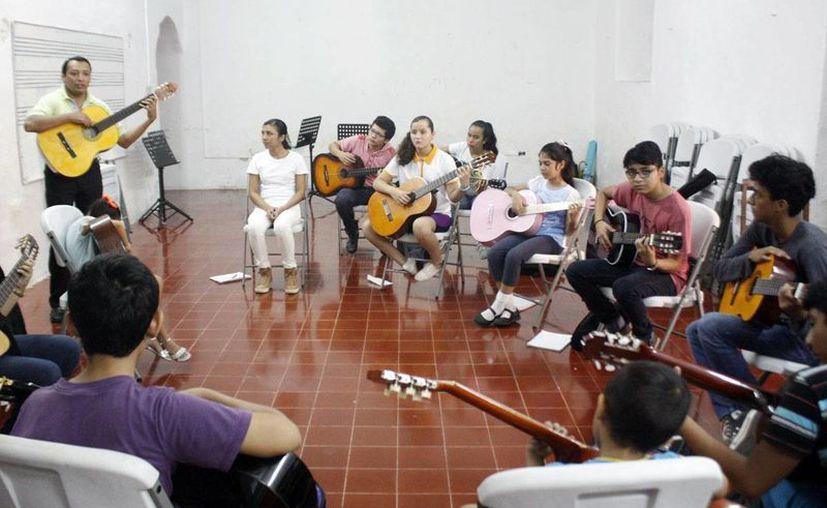 Decenas de jóvenes participan en el taller 'Guitarra y trova yucateca', en la Casa de la cultura en el centro de Mérida. (Milenio Novedades)