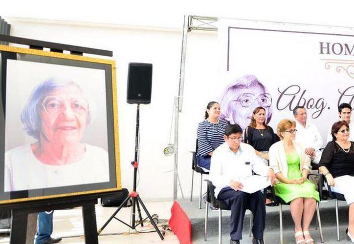 La abogada Antonia Jiménez Trava fue homenajeada en el Congreso del Estado de Yucatán: una sala lleva su nombre. (Milenio Novedades)