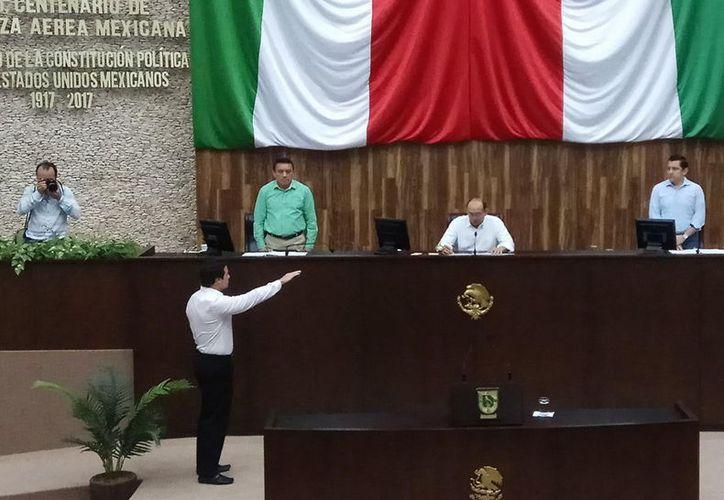 Enrique Goff rindió protesta ante la Mesa Directiva. (Milenio Novedades)