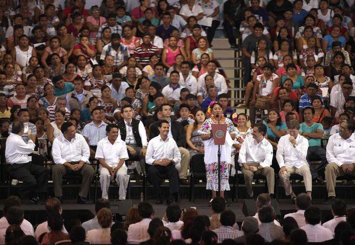 Gloria Segura Mis, una de las miles de yucatecas y yucatecos que tuvieron al presidente Enrique Peña como padrino en su certificación del Ieaey. (Amílcar Rodríguez/Milenio Novedades)