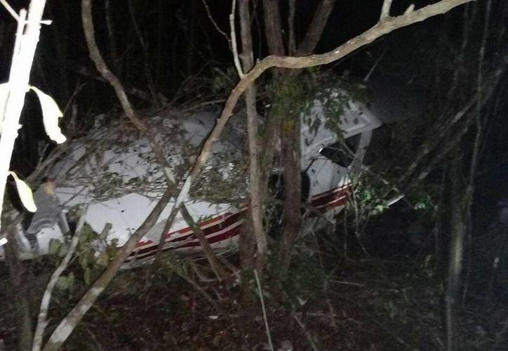 Una familia sobrevivió la noche de este jueves a un aterrizaje forzoso en terrenos cercanos al monte de Kaua, Yucatán. La avioneta que se puede apreciar en la imagen, se dirigía a Cancún, Quintana Roo. (SIPSE Noticias)