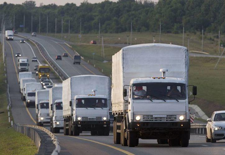 Un convoy de 280 camiones se dirigía el martes al este de Ucrania con ayuda humanitaria. (AP Photo/Pavel Golovkin)