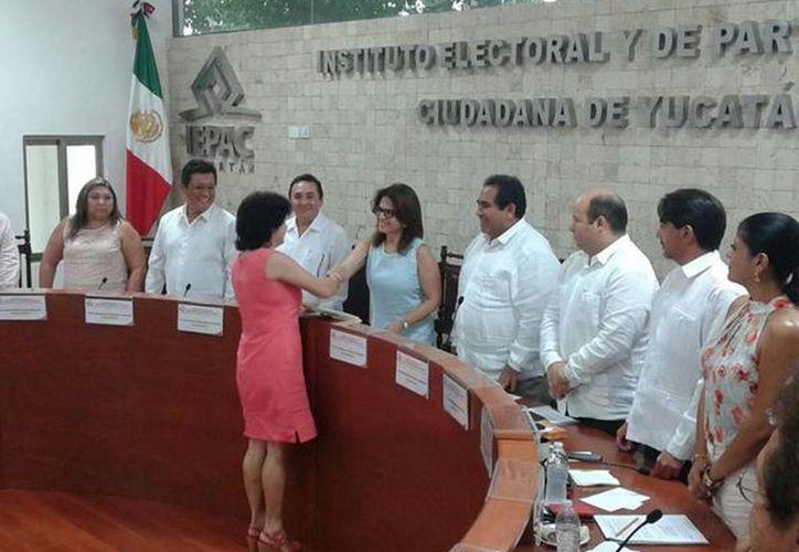 Maria de los Milagros Romero Bastarrachea al momento de recibir su constancia de mayoría en el Ieepac. (@MilyRomeral)