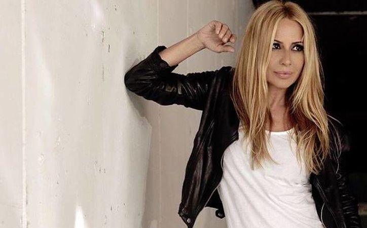 A sus 50 años de edad, la cantante decidió desnudarse en apoyo a las mujeres que padecen la enfermedad del cáncer de mama. (EFE)