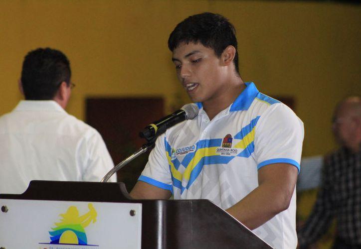 El atleta de alto rendimiento agradeció por el apoyo brindado por su familia y todo el equipo que trabaja a la par de su esfuerzo. (Foto: Miguel Maldonado/SIPSE)