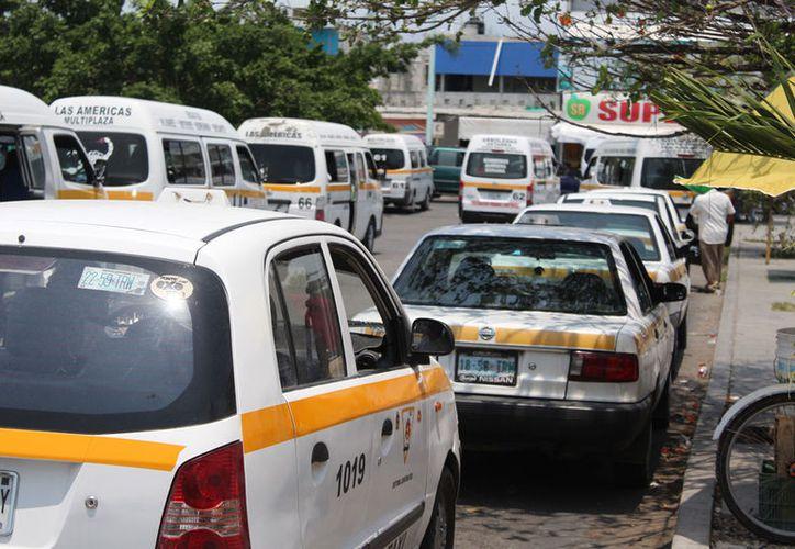 El gobernador dijo que los taxistas deben pensar en mejorar la competitividad e imagen del servicio. (Joel Zamora/SIPSE)