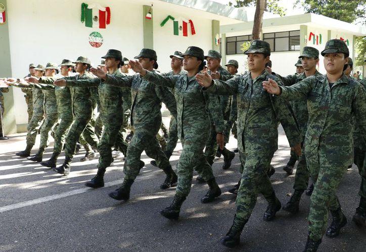 La marcialidad en la marcha no es exclusiva de los elementos varones. (Foto: josé acosta)