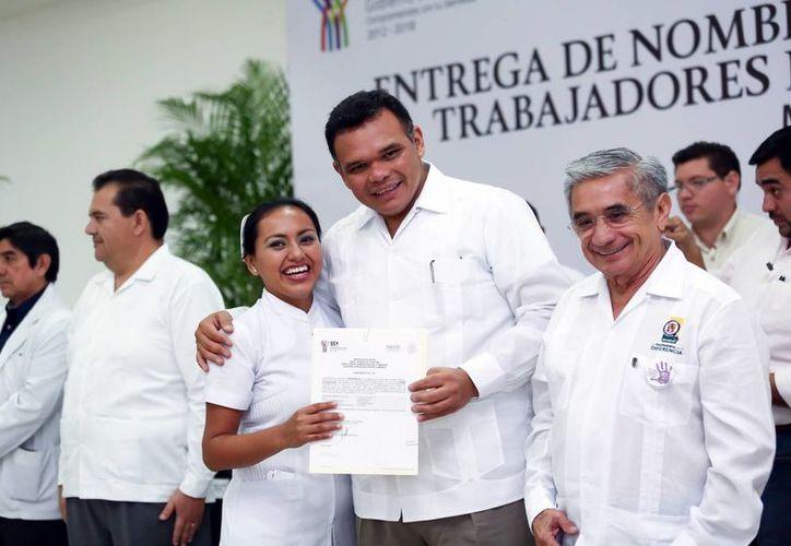 El jefe del Ejecutivo estatal entregó la documentación a cada uno de los empleados de la SSY. (Milenio Novedades)