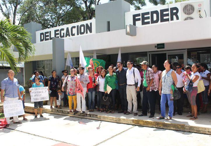 Los manifestantes acordaron instalarse dentro del área del estacionamiento de la dependencia. (Joel Zamora/SIPSE)