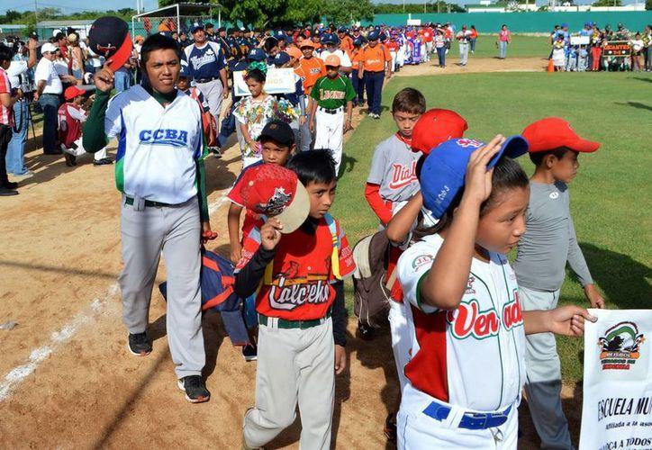Desfile del torneo de beisbol J.J Pacho que lleva el nombre del exlanzador yucateco Enrique Couoh Hidalgo. (Milenio Novedades)