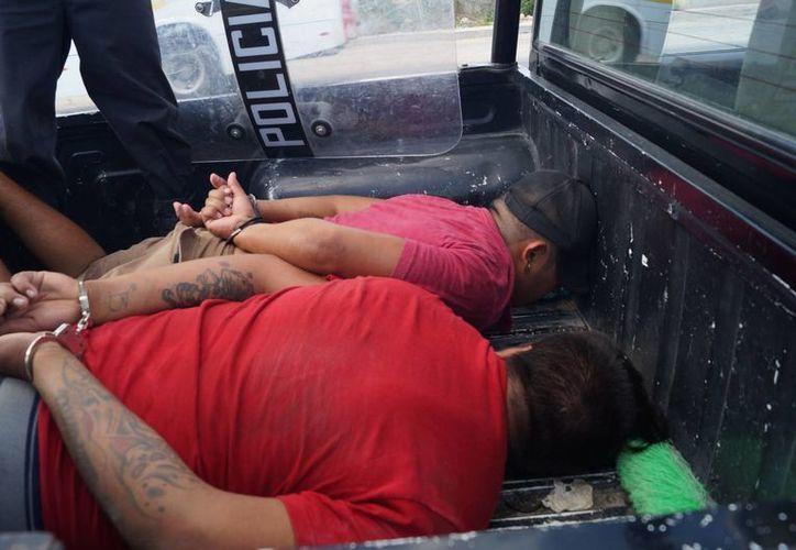 Dos de los delincuentes fueron entregados por los vecinos de Kanasín y entregados a la policía. (Milenio Novedades)