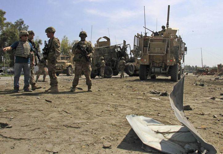 Oficiales afganos inspeccionan la zona tras un atentado suicida. (EFE/Archivo)