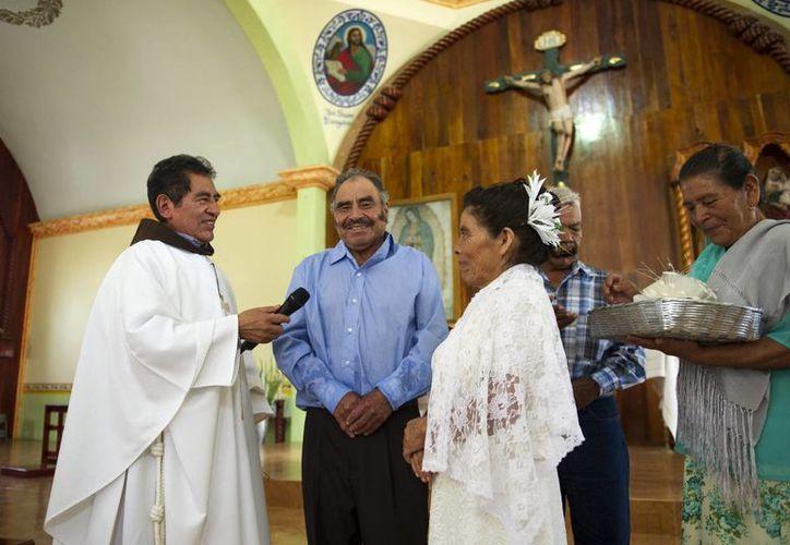 El padre Domingo García Martínez fue quien ofició la misa de la boda de Francisca Santiago y Pablo Ibarra en la iglesia de Santa Ana, una comunidad del estado de Oaxaca. (AP/Nick Wagner)